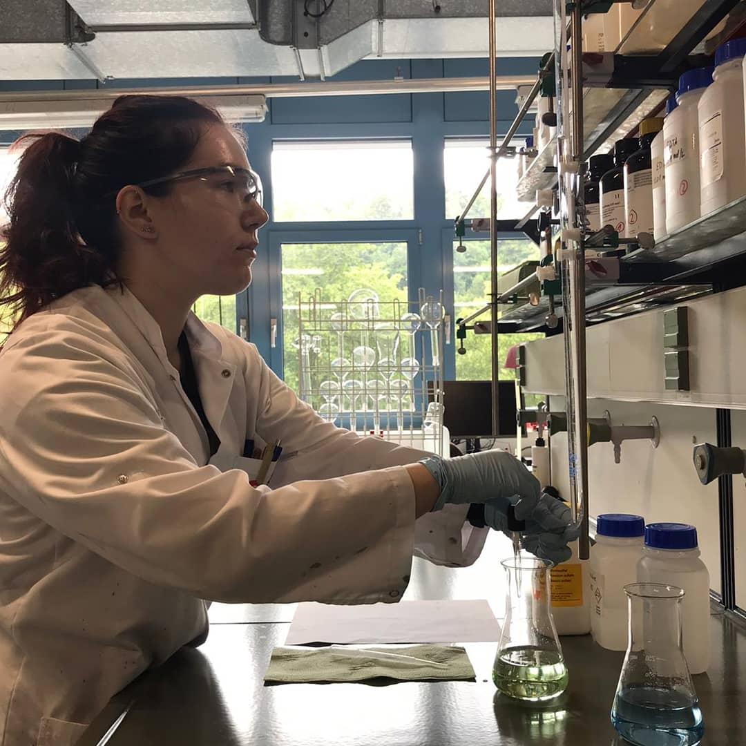 Anna Jauch arbeitet mit Schutzbrille im Labor.