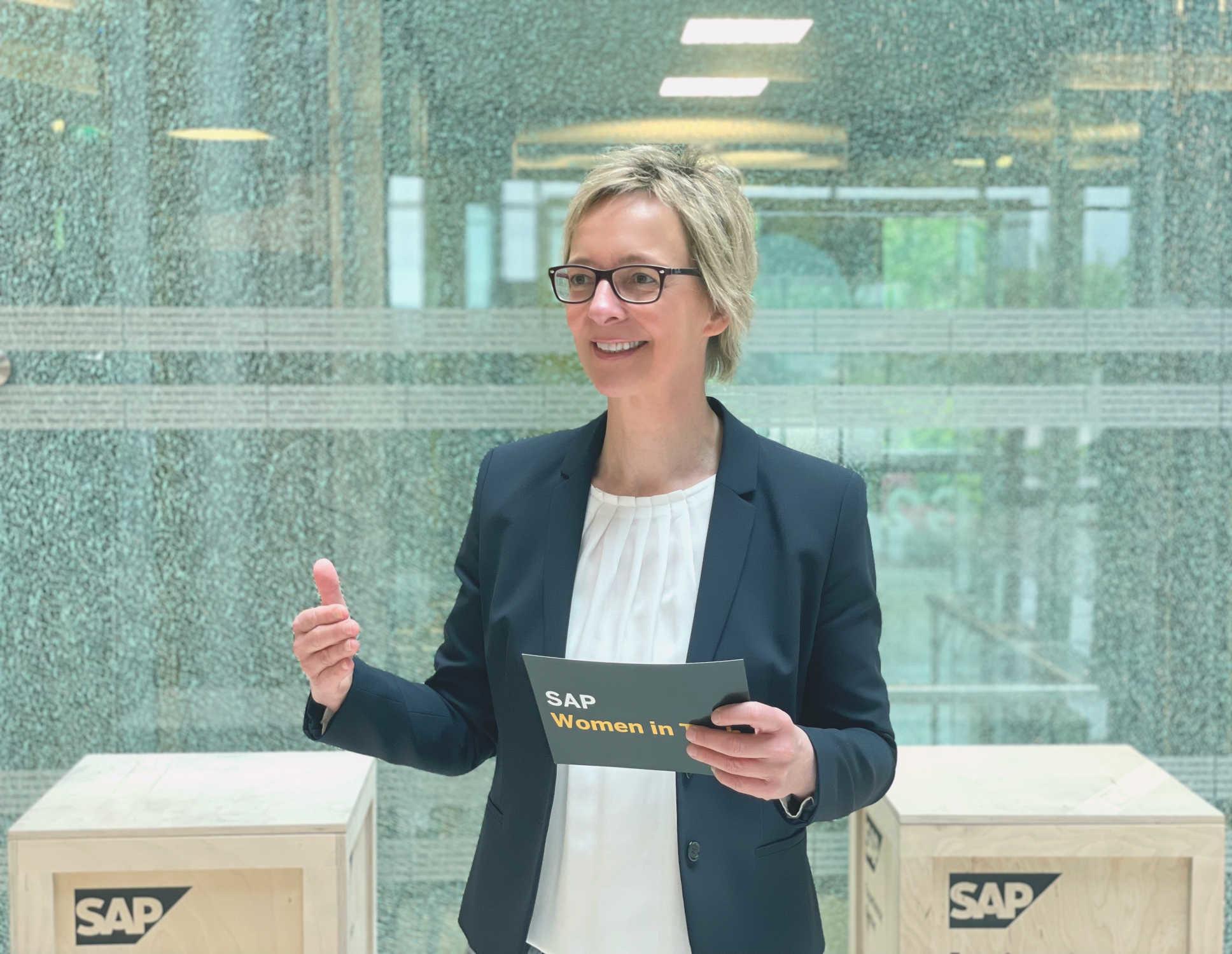 SAP-Aufsichtsrätin Christine Regitz steht auf einem Podium und spricht über den digitalen Wandel.
