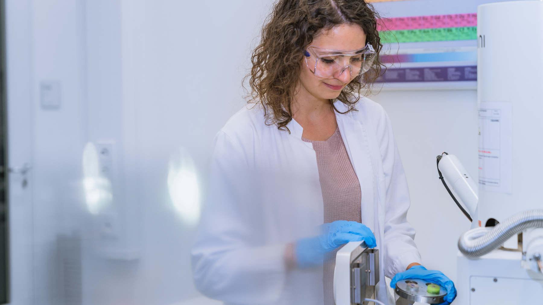 Patricia Haremski, Ingenieurin im Bereich Brennstoffzelle, steht im Labor und trägt einen weißen Kittel.